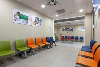 Sala de espera para niños en el centro médico La Buhaira