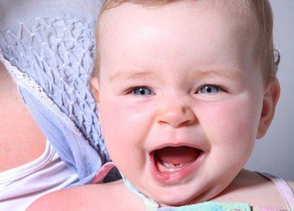 síntoma de la salida de los dientes del bebé
