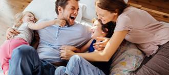 Padres jugando con sus hijos