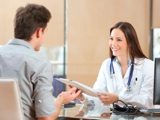 Reconocimiento-medico-joven-hombre