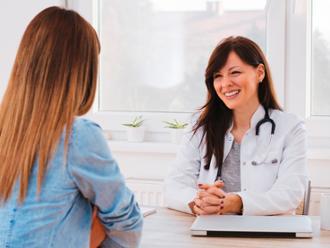 Reconocimiento-médico-Joven-Mujer