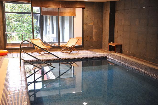 piscina residencia mayores les corts
