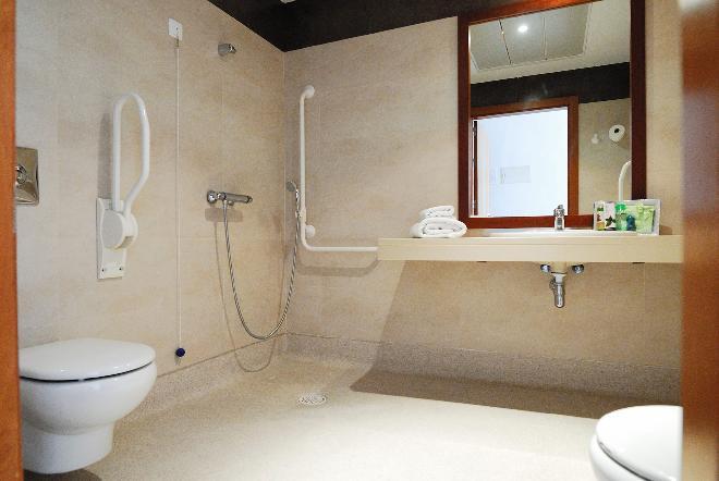 baño adaptado residencia mayores mirasierra