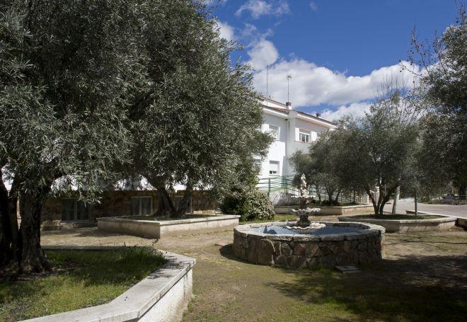 edificio con fuente residencia mayores almenara