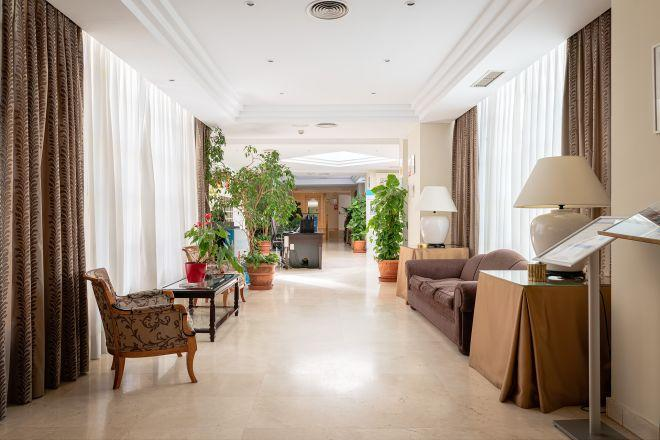 pasillo apartamentos arturo soria sanitas