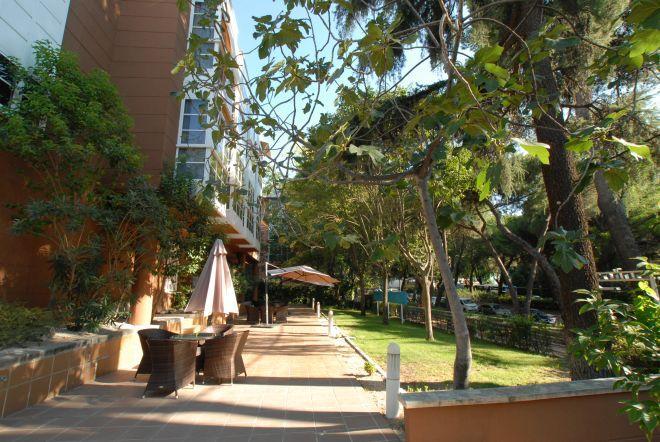 terraza apartamentos mayores arturo soria sanitas