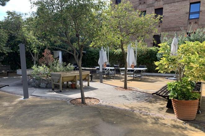 jardín de la residencia de mayores Sanitas Iradier
