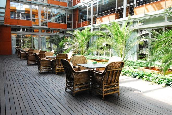patio interior residencia mayores mirasierra