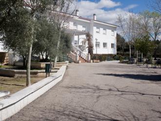Vista de edificio y entrada de la residencia de mayores Sanitas Almenara