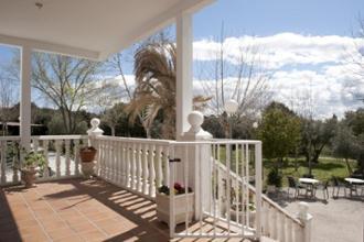 balcón de la entrada de la residencia mayores almenara