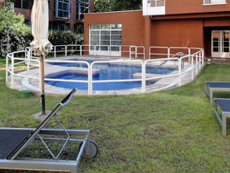 Vista de terraza con piscina de los apartamentos de mayores Sanitas Arturo Soria