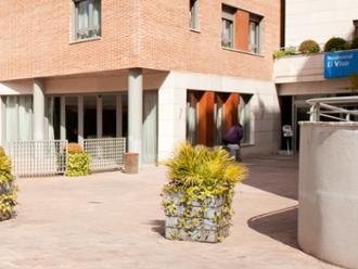 Entrada y edificio de la residencia de mayores Sanitas El Viso