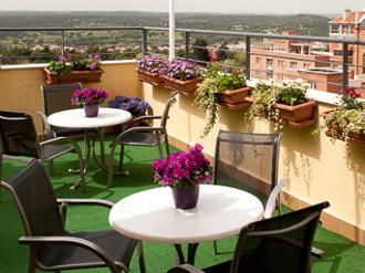 Vista de la terraza de la residencia de mayores Sanitas Ferraz