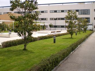 Vista de terraza y entrada de la residencia de mayores Sanitas Getafe