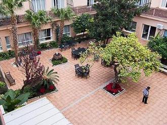 Vista de patio interior de la residencia de mayores Sanitas La Seu