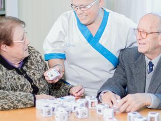 Terapia de mayores de la residencia de mayores Sanitas Loramendi