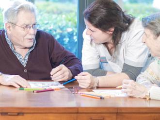 Terapia de mayores de la residencia de mayores Sanitas Luz de Estella