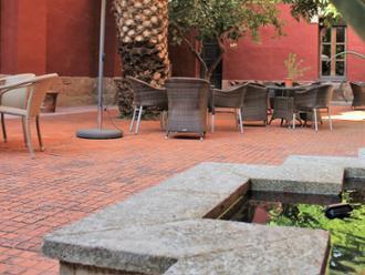 Vista de patio interior con fuente de la residencia de mayores Sanitas Marqueses de Linares