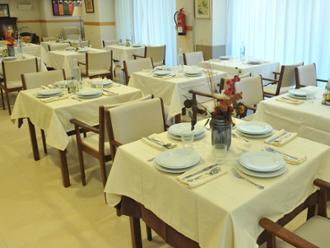 Detalle de comedor de la residencia de mayores Sanitas Mas Camarena
