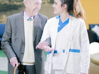 Mayor con cuidadora de la residencia de mayores Sanitas Provenza