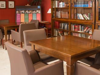 Vista de biblioteca de la residencia de mayores Sanitas Sagrada Familia