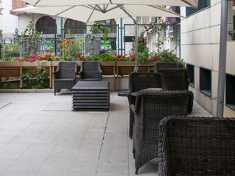 Vista de terraza de la residencia de mayores Sanitas Santander