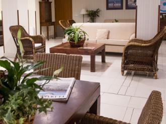 Detalle de salón de la residencia de mayores Sanitas Santander